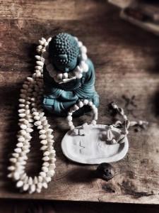 Boeddha met kettingen
